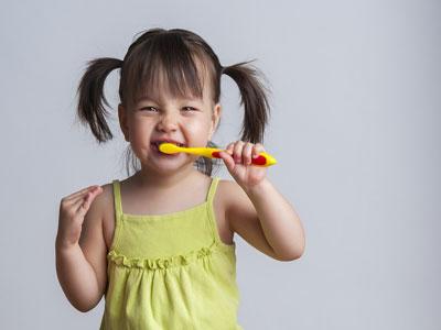 تعليم الأطفال كيفية الاستخدام  لفرشاة الأسنان