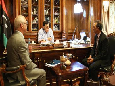 رئيس المجلس الرئاسي يعقد اجتماعا لتذليل العقبات أمام توفير السلع الأساسية