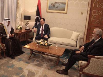 رئيس المجلس الرئاسي يبحث بالكويت مجالات التعاون في مشاريع اعادة الإعمار مع مدير الصندوق الكويتي للتنمية