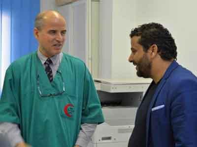 البشاري يصل طبي طبرق ويجري عددا من عمليات القسطرة القلبية