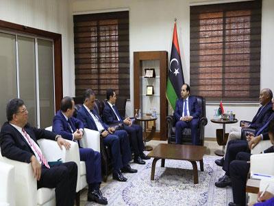 النائب بالمجلس الرئاسي أحمد معيتيق يلتقي وزير الصناعة بتونس والوفد المرافق له