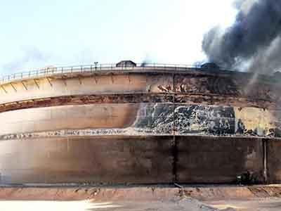 فرق الاطفاء بشركة راس لاتوف تكافح لا طفاء حريق الخزان النفطي