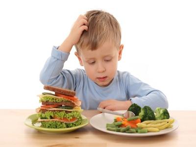 تتفاوت قابلية الأطفال للأكل بالملعقة من طفل لآخر