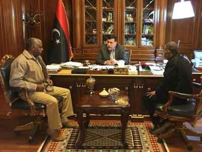 رئيس المجلس الرئاسي يجتمع مع آمر اللواء السادس المتمركز بسبها