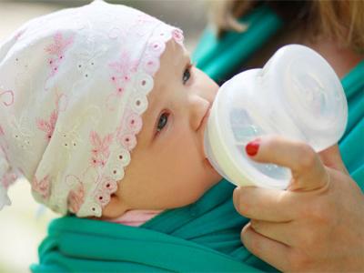 الماء الموجود في حليب الثدي أو الحليب الصناعي عادة ما توفر كل كمية المياه التي يحتاجها الأطفال الرضع